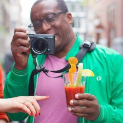 De druk van het toerisme op de Amsterdamse binnenstad neemt toe, met alle gevolgen van dien. i.s.m. Placemakers deed Thuismakers Collectief mee met het Bankjescollectief. Doel van het 'Bloody Tourists' bankje : praten in plaats van haten! Onder het genot van Bloody Mary's werden Amsterdammers en toeristen aan de praat gebracht.