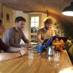 """WERF5 is een co-werkplek in Utrecht waar thuisgevoel voor zzp'ers centraal staat. Zzp'er zijn levert enorm veel voordelen op. De vrijheid om je eigen projecten te doen is fijn. Het meest genoemde nadeel van freelancen is dat het vrij eenzaam kan zijn. Een tweede nadeel is dat je thuis veel afleiding hebt en snel iets anders gaat doen. De behoefte aan """"collega zzp'ers"""" om je te stimuleren en waarmee je samen kunt lunchen of na het werk een spelletje mee spelen wordt vervuld bij WERF5. """"de productieve huiskamer."""""""